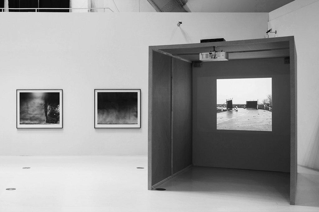 Borders II. on display as projection with audio in the box. Deichtorhalle, Hamburg. Deichtorhallen, Hamburg, 2017. ©Henning Rogge.